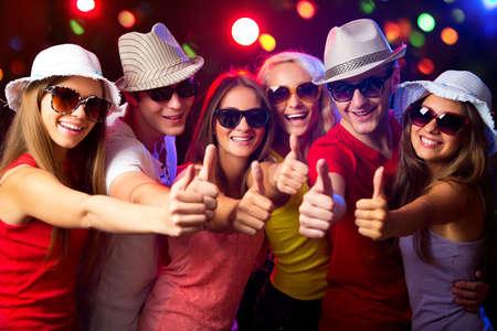 Foto de Happy young people show thumb up - Imagen libre de derechos