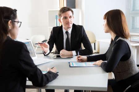 Photo pour Businesspeople discuss a new project in the office - image libre de droit