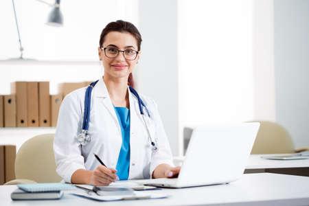 Photo pour Portrait of a young female doctor in a clinic - image libre de droit