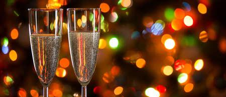 Photo pour Champagne glasses on the background of Christmas lights - image libre de droit