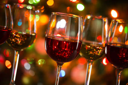 Photo pour Crystal glasses of wine on the background of Christmas lights - image libre de droit
