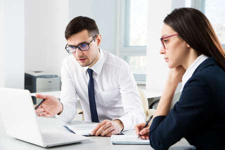 Photo pour Businessman explains to colleague a new project in the modern office - image libre de droit
