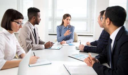 Photo pour Businesswoman explains to colleagues a new project in the modern office - image libre de droit
