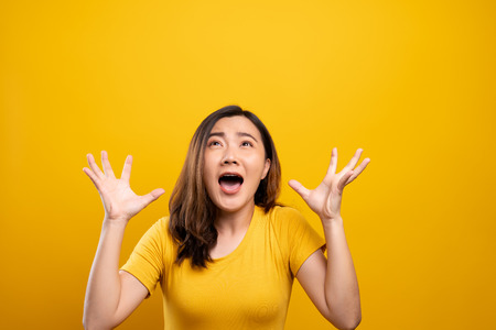 Photo pour Angry woman screaming isolated over yellow background - image libre de droit