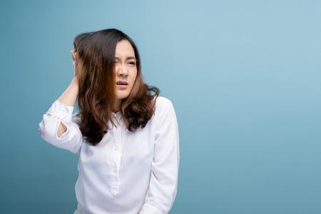 Photo pour Woman scratching her head - image libre de droit