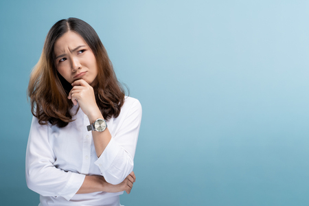 Photo pour Woman feel confused isolated over blue background - image libre de droit