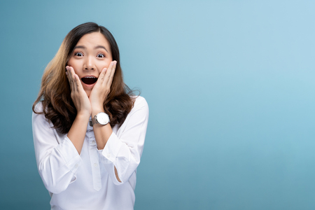 Foto de Portrait of excited woman isolated over background - Imagen libre de derechos