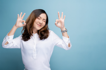 Foto de Happy woman showing OK gesture isolated on background - Imagen libre de derechos