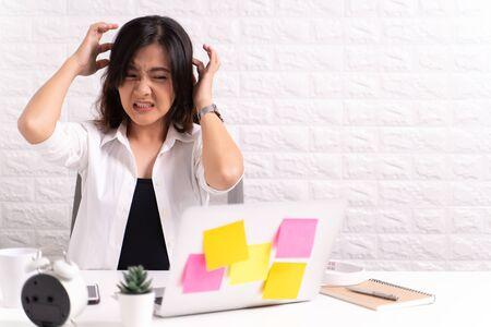 Photo pour Woman scratching her head at office - image libre de droit