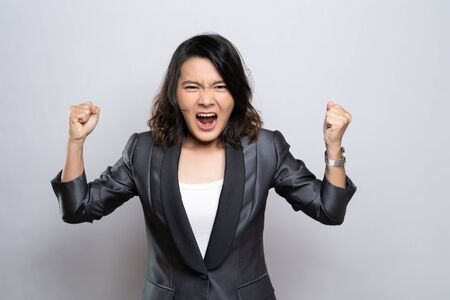 Photo pour Angry woman screaming isolated over white background - image libre de droit