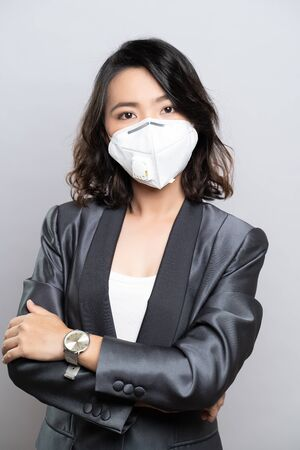 Photo pour Businesswoman wearing the N95 mask isolated over white background - image libre de droit
