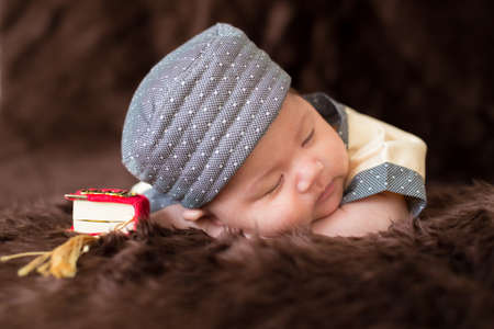 Photo pour A cute Asian infant Muslim in thobe with prayer cap on bed in home - image libre de droit