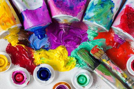 Photo pour Tubes of oil paint, palette and artist paintbrushes closeup. - image libre de droit