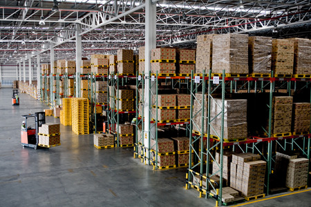 Foto de forklift in the large modern warehouse - Imagen libre de derechos