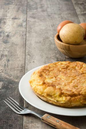 Foto de Traditional spanish omelette with potatoes and eggs on wooden table - Imagen libre de derechos