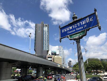 Photo pour BANGKOK, THAILAND- AUGUST 7 : Rama 4 Rd Sign on Rama 4 Road in Bangkok Thailand on August 7, 2018 - image libre de droit