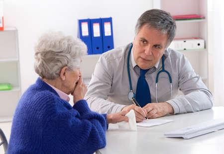 Photo pour doctor explaining diagnosis to His female patient - image libre de droit