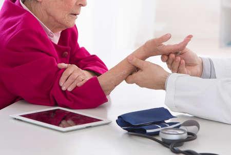 Photo pour senior woman wrist auscultation - image libre de droit