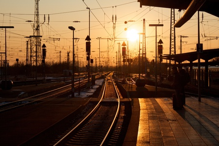 Photo pour Winter sunset over Karlsruhe railway station with people waiting for a train - image libre de droit