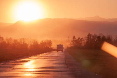 Photo pour evening road heading to beautiful sunset horizon - image libre de droit