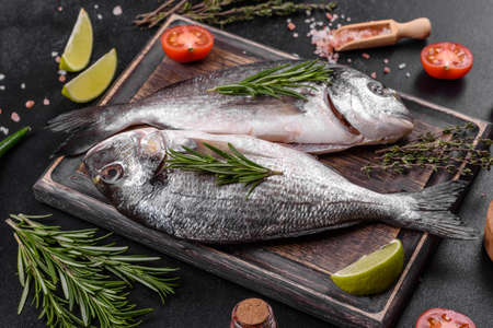 Photo pour Raw dorado fish with spices cooking on cutting board. - image libre de droit