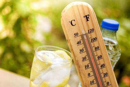 Photo pour Refresh drink with thermometer, concept   warm weather - image libre de droit