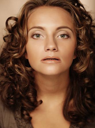 Photo pour young woman with cury hair - image libre de droit