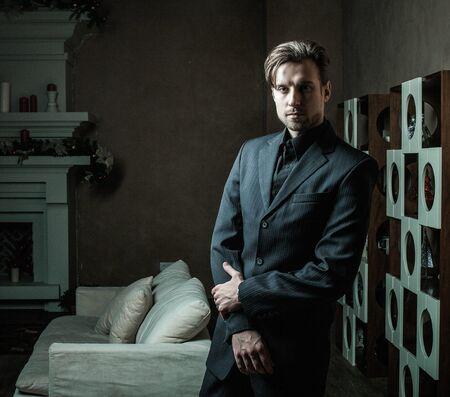 Photo pour Fashion Man in luxury modern interior - image libre de droit