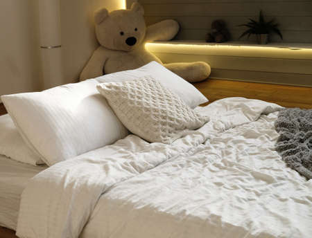 Photo pour bed in the bedroom, white pillows and cozy linens, close up - image libre de droit