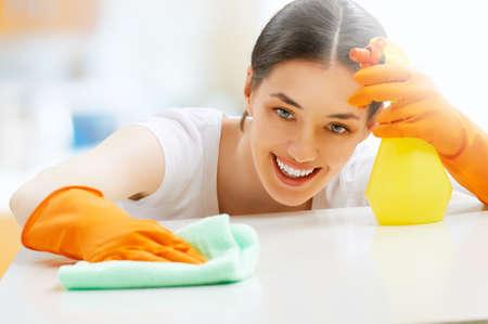Photo pour beautiful girl cleans the surface - image libre de droit