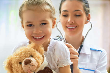Photo pour doctor examining a child in a hospital - image libre de droit