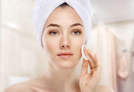 Photo pour beautiful woman applying cosmetic cream - image libre de droit