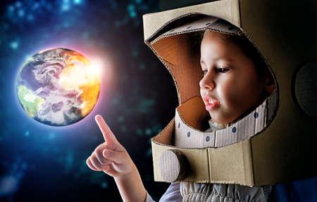 Foto de child is dressed in an astronaut costume - Imagen libre de derechos