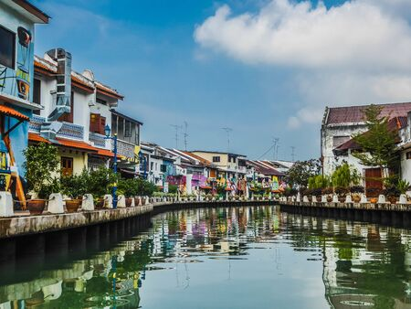 Photo pour Melaka River was once dubbed the 'Venice of the East' by European seafarers. The houses next to the river are full of colorful and artistic paintings. - image libre de droit