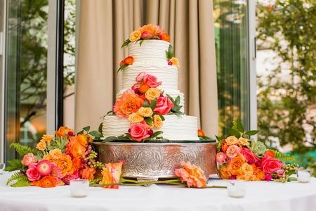 Foto de Wedding Cake decorated with flowers - Imagen libre de derechos