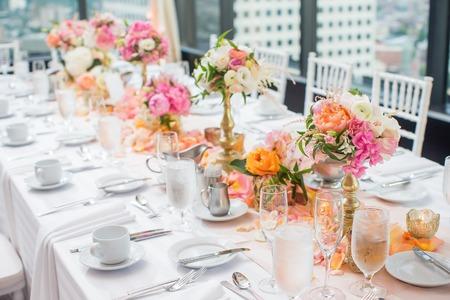 Foto de Elegant Wedding Reception table decor and centerpieces - Imagen libre de derechos