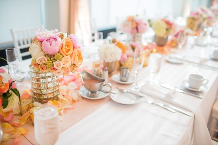Foto de Elegant Wedding Reception table decor and centerpieces - Imagen libre de derechos