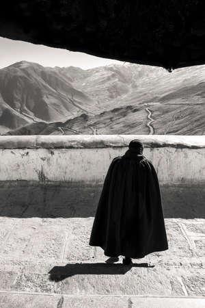 Foto de Buddhist monk walking down the stairs of the Tibetan monastery. - Imagen libre de derechos