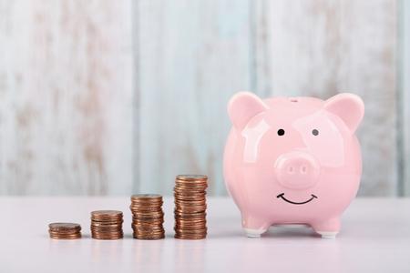 Photo pour Piggy bank with growth coins which means growth business success concept. - image libre de droit
