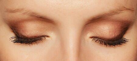 Photo pour Woman eyes with long eyelashes and makeup - image libre de droit