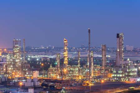 Foto de Oil Refinery factory at twilight , petrochemical plant , Petroleum , Chemical Industry - Imagen libre de derechos
