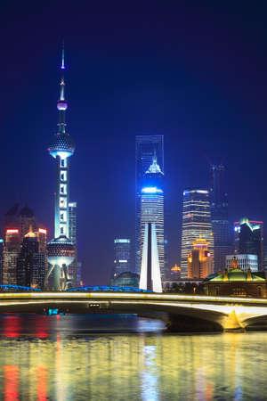 Photo pour beautiful shanghai at night view from suzhou river - image libre de droit