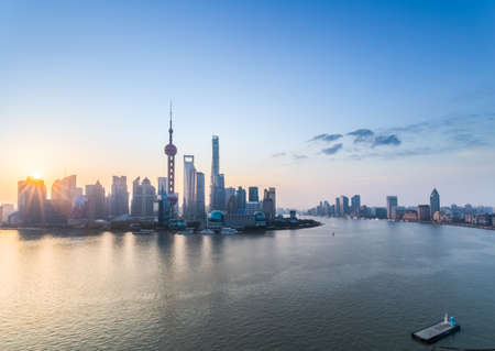 Photo pour beautiful shanghai in sunrise, pudong skyline and huangpu river, China. - image libre de droit