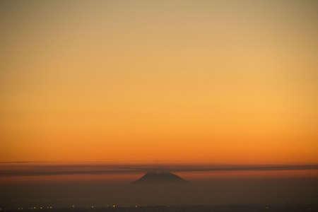 Foto per Tramonto sul mare con  sagoma isola di Vulcano  - Immagine Royalty Free