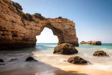 Photo pour Stone arch at Praia de Albandeira, Lagoa, Algarve, Portugal - image libre de droit