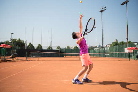 Foto de Young tennis player serving the ball - Imagen libre de derechos