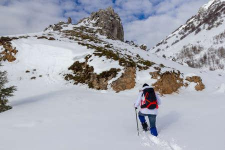 Photo pour hiker on mountain and snow - image libre de droit
