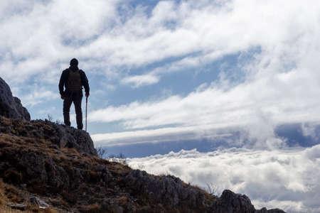 Photo pour hiker on the top of a mountain - image libre de droit