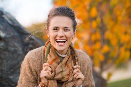 Foto de Portrait of young laughing brunette woman relaxing in beautiful evening in autumn park - Imagen libre de derechos