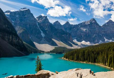 Foto de Scenic landscape view of the iconic Moraine Lake in Banff National Park in Canada - Imagen libre de derechos